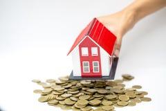 由金钱房子的抵押概念从在白色背景的硬币 硬币堆增长的事务 投资金钱 免版税库存图片