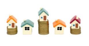 由金钱房子的抵押概念从在白色背景隔绝的硬币 硬币堆增长的事务 投资金钱 库存照片