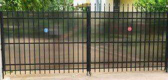 由钢管材和聚碳酸酯纤维做的都市住宅私有财产汽车通入门保护观察者谨慎 库存图片