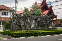 由铜做的一座伟大的雕象纪念碑在雅加达拍的一张圈子照片显示一群人印度尼西亚 免版税库存照片