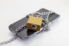 由链子锁巧妙的电话 库存图片