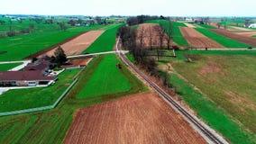 由门诺派中的严紧派的农田的火车轨道如看见由寄生虫 股票视频