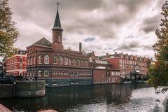 由阿姆斯特丹运河的大厦在一喜怒无常的天 库存图片