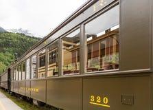由阿拉斯加的山的老列车车箱 免版税库存图片
