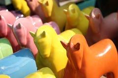 由陶瓷做的五颜六色的马(在第一匹马的焦点) 免版税库存图片