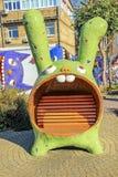 由雕刻家Constantin的被雕刻的兔宝宝长凳 免版税库存照片