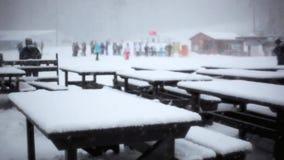 由雪和桌做的椅子在滑雪酒吧在期间 股票视频