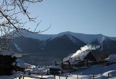 由雪山的雪小屋 免版税图库摄影