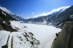由雪的Kurobe高山水坝覆盖物在冬天 免版税库存照片