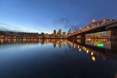 由霍桑桥梁的波特兰街市地平线在蓝色小时 免版税库存图片