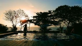 由面对海洋的后院水池的夜间 免版税库存图片