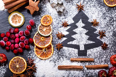 由面粉做的圣诞树在一张黑暗的桌,结冰的蔓越桔 免版税库存照片