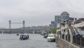 由顿河是去的船 从江边渔夫catc 免版税库存图片