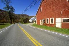 由风景路线100的边的红色谷仓在秋天, VT 库存照片