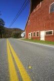由风景路线100的边的红色谷仓在秋天, VT 图库摄影