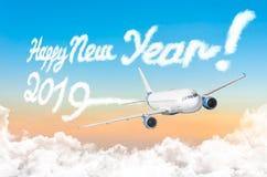 由飞机蒸气蒸汽转换轨迹的图画在梯度日落天空 概念新年好 免版税库存照片