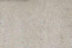 由马赛克的特写镜头铺路板 铺的路,建筑 棋盘格边路瓦片 灰色铺路板 库存图片