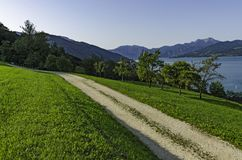 由高山湖的一条风景土路 免版税图库摄影