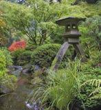 由水小河的日本石灯笼 免版税库存照片