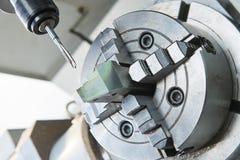 由轻拍穿线或拧紧在cnc机器的切口过程 库存图片
