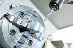 由轻拍穿线或拧紧在cnc机器的切口过程 库存照片