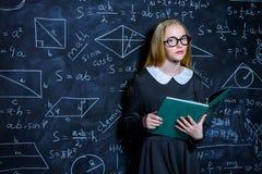 由黑板的聪明的女孩 免版税库存图片