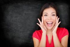 由黑板/黑板的激动的愉快的妇女 免版税库存照片
