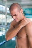 由水池有空的中心的赤裸上身的适合游泳者 库存照片
