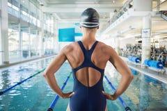 由水池有空的中心的适合的女性游泳者 免版税图库摄影