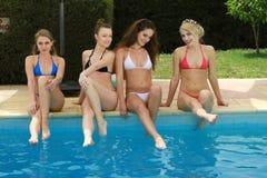 由水池的妇女 免版税图库摄影