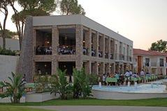 由水池的室外餐馆,安塔利亚,土耳其 图库摄影