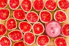 由玻璃的可口鲜红色的葡萄柚一半 库存图片