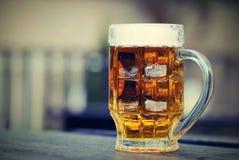 由玻璃的桶装啤酒 正确的诚实的捷克啤酒-贮藏啤酒 库存照片