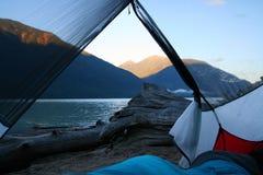 由水的偏僻的野营的斑点在不列颠哥伦比亚省,加拿大 库存图片