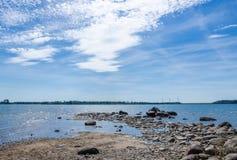 由水的多岩石的海滩 免版税库存图片