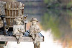 由水的小雕象 库存照片
