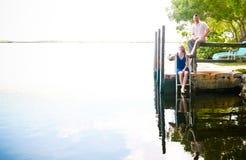 由水的新夫妇 免版税库存照片