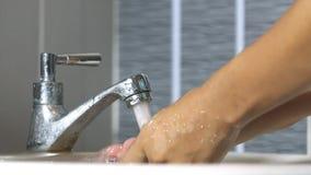 由水的清洁手从在水槽洗手间的陷井 股票视频