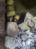 由水的石头 免版税库存照片
