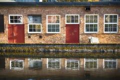 由水的砖门面 免版税图库摄影