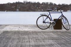 由水的被放弃的自行车 库存图片