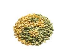 由绿色和黄色和杨做的尹烘干了在白色后面的豌豆 图库摄影