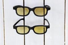 由黄色颜色的两块3D玻璃 免版税库存图片