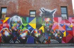 由巴西墙壁上的艺术家爱德华多Kobra的墙壁上的艺术吸收流行艺术传奇安迪・沃荷和80s艺术超级明星吉恩米谢尔Basquiat 免版税库存照片
