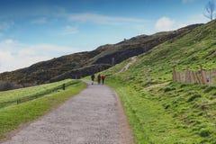 由Arthur's位子决定的一条hillwalking的路线,高峰在爱丁堡Holyrood公园,苏格兰,英国位于 库存图片
