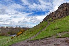 由Arthur's位子决定的一条hillwalking的路线,高峰在爱丁堡Holyrood公园,苏格兰,英国位于 免版税库存照片
