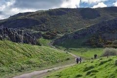 由Arthur's位子决定的一条hillwalking的路线,高峰在爱丁堡Holyrood公园,苏格兰,英国位于 免版税库存图片