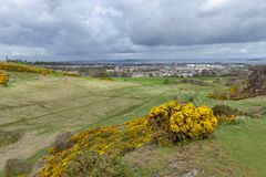由Arthur's位子决定的一条hillwalking的路线,高峰在爱丁堡Holyrood公园,苏格兰,英国位于 图库摄影