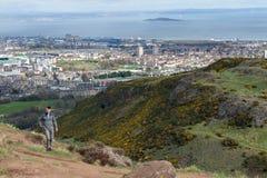 由Arthur's位子决定的一条hillwalking的路线,高峰在爱丁堡Holyrood公园,苏格兰,英国位于 库存照片