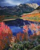 由Atumn Colors主教的北部湖 图库摄影